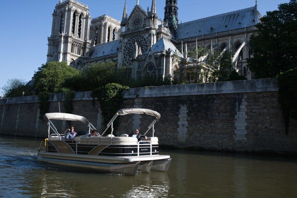 Parijs bezoeken met een boot