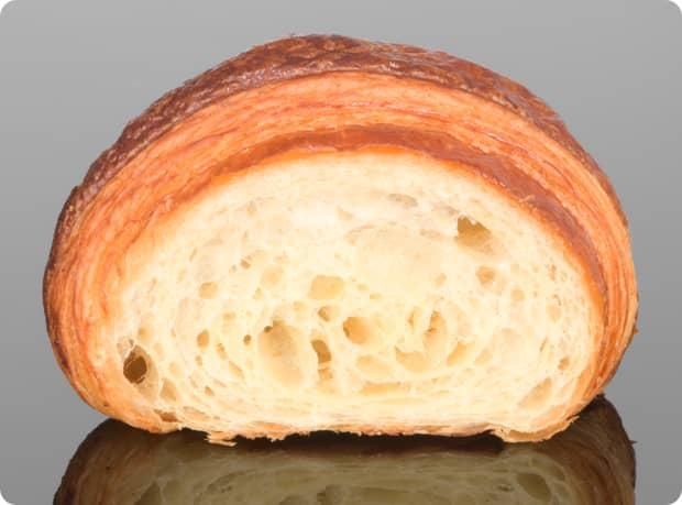 des_gateaux_et_du_pain_croissant_2