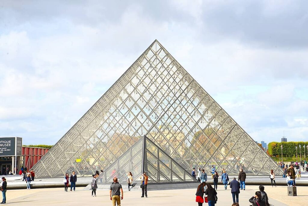 What is France Famous For - Louvre Museum